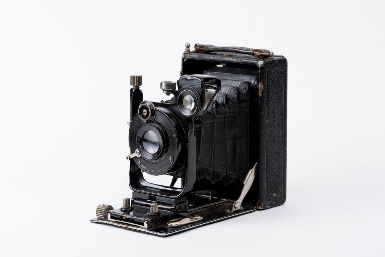 Западная Европа, Германия. 1920-е гг. Металл, стекло оптическое, кожа, производство промышленное. 13,3х9,3х5 см (в сложенном состоянии); 13,3х16х9,3 см (в открытом виде)