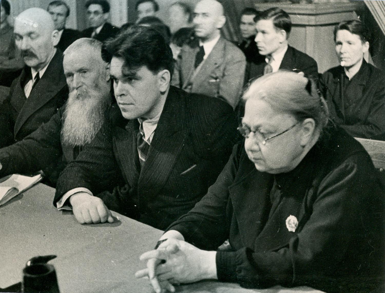 Фотография. Надежда Константиновна Крупская в президиуме учительского съезда.